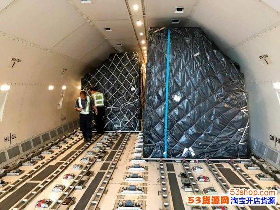 昨日从香港起飞的包机正在装货