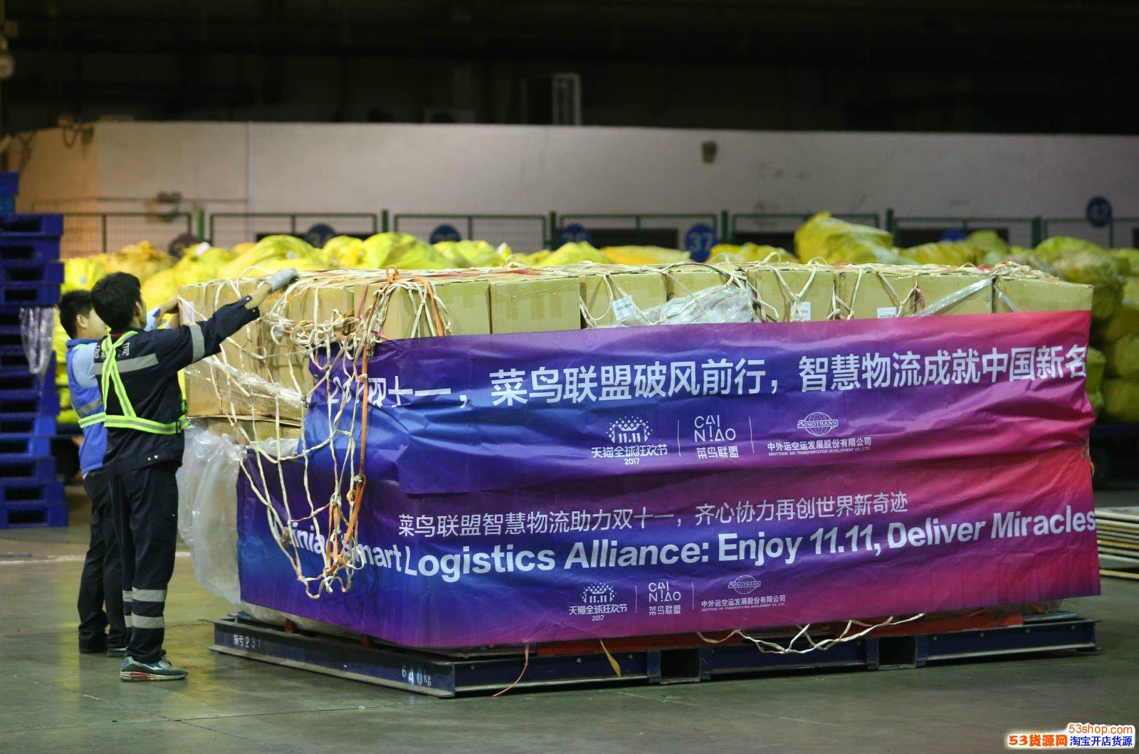 工作人员正在将送往国外的包裹打板_meitu_6